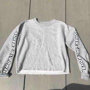 Skön tröja från Forever 21 i Tokyo väldigt bra skick. Passar de flesta storlekarna beroende på hur man vill den ska sitta. Den är lite cropped. Frakt är inkluderat i priset!