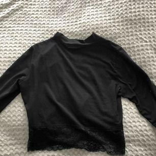 Snygg polo-tröja från Cubus. Ganska kort och slutar med spets. Måttligt använd. Frakt kostar