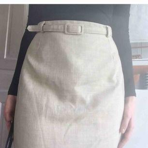 Jätte fin vintage lång kjol med bälte men blir aldrig att jag använder. Visat på en 38. Den går till knäna