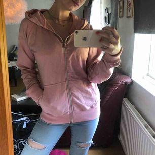 Säljer denna rosa huvtröja i storlek Medium med rosa luva och silver dragkedja med två fickor på nedre delen av tröjan.  Har du några frågor ang huvtröjan så är det bara att meddela mig.