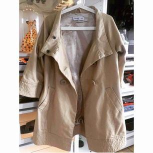 Jätte fin vintage jacka som aldrig blivit använd av mig. Jätte fint skick. Trekvartsarmar o siden tyg på insidan . Visat på en S