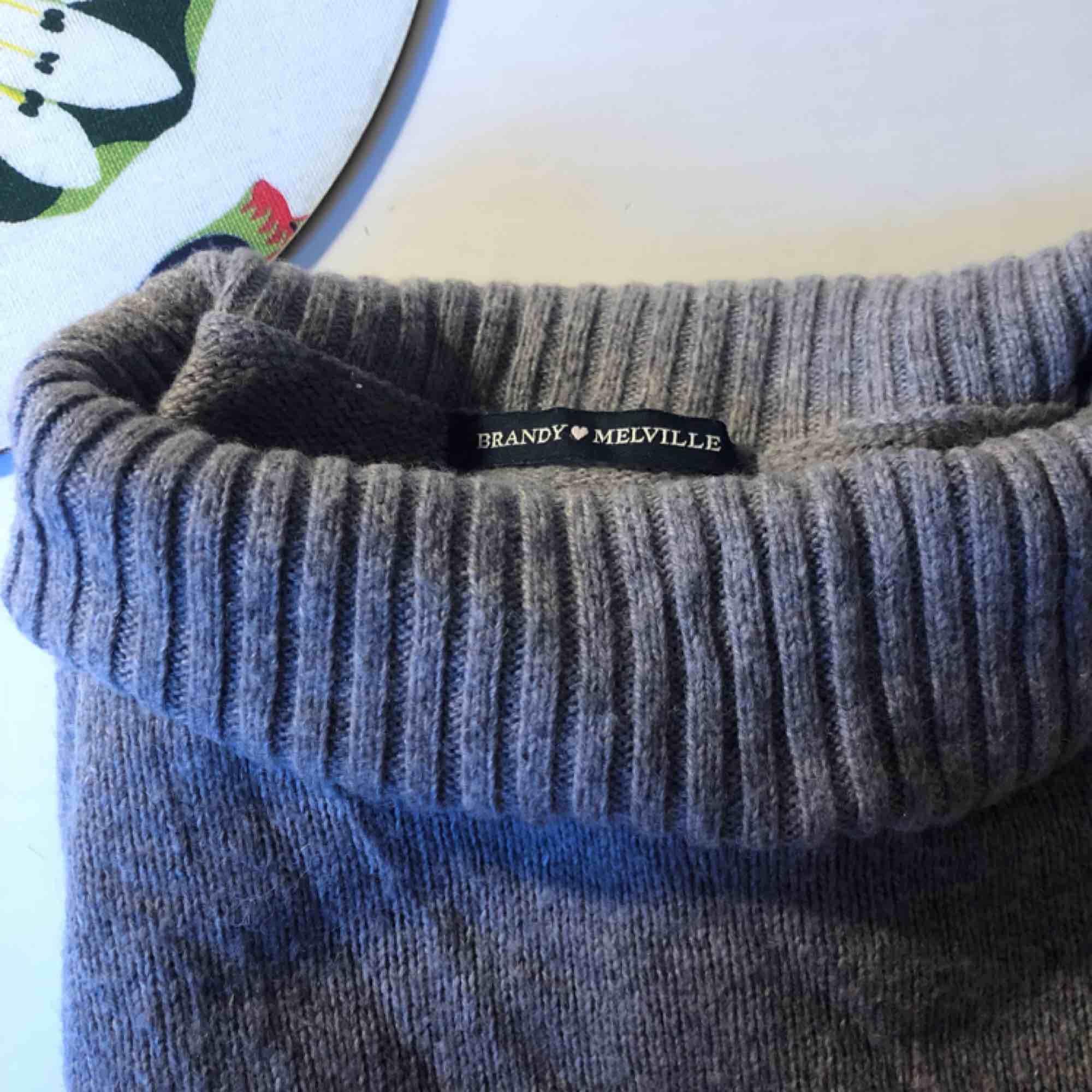 Grå stickad tröja från Brandy Melville. One size men skulle säga XS-S.. Stickat.