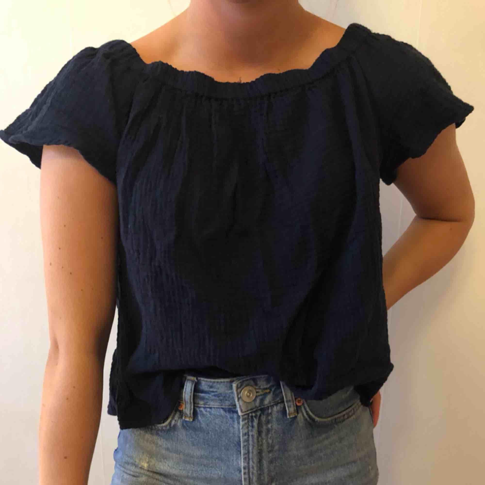 Mörkblå topp i mjukt material från Nordstrom (USA). Fin till jeans! . Toppar.