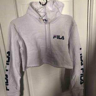 Fila hoodie använd 1 gång Inte tvättad på bilden än  (Gula fläcken är från min kamera)