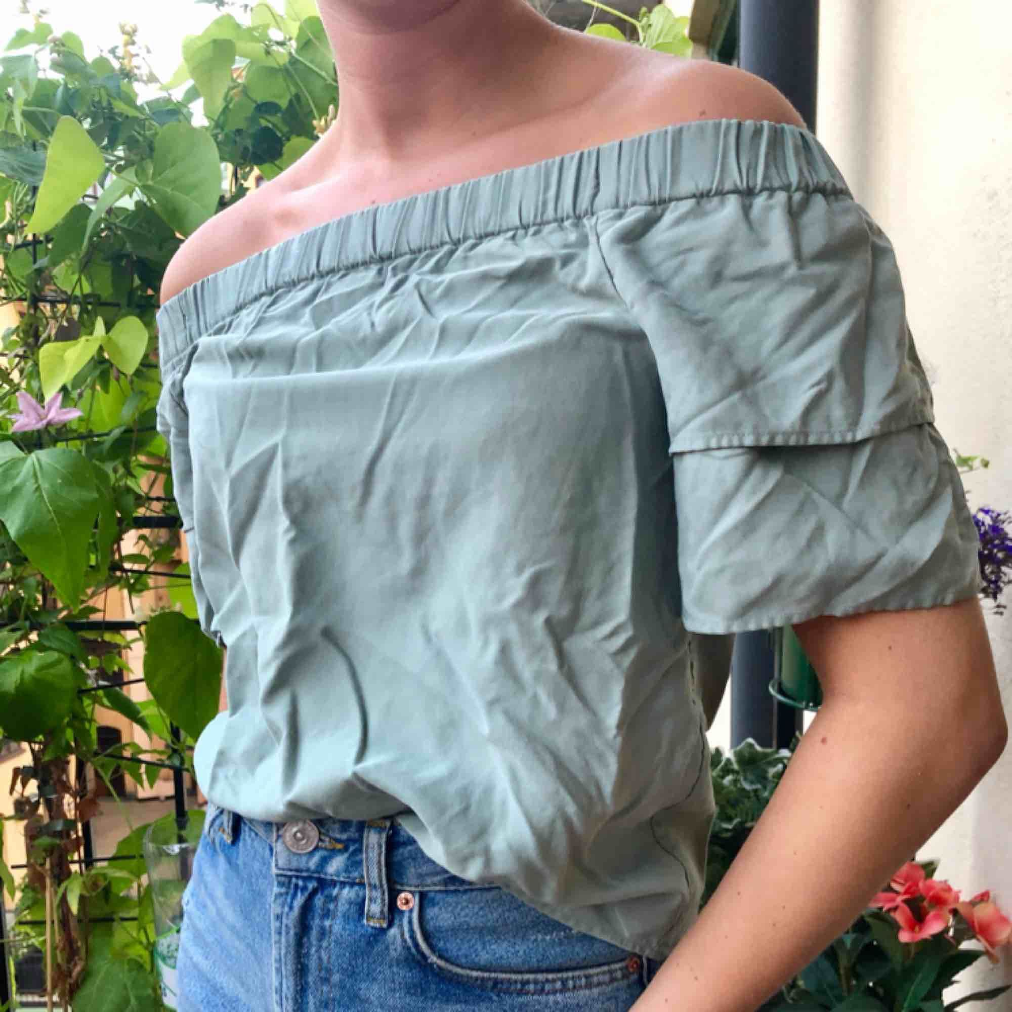 Skrynklig på bilden. Topp från H&M går att ha både off shoulder eller över axlarna.. Toppar.