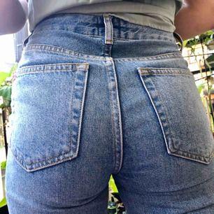Mom Jeans från Urban Outfitters egna märke. Helt oanvända, endast prövade på (fel storlek). Inköpta hösten 2018.