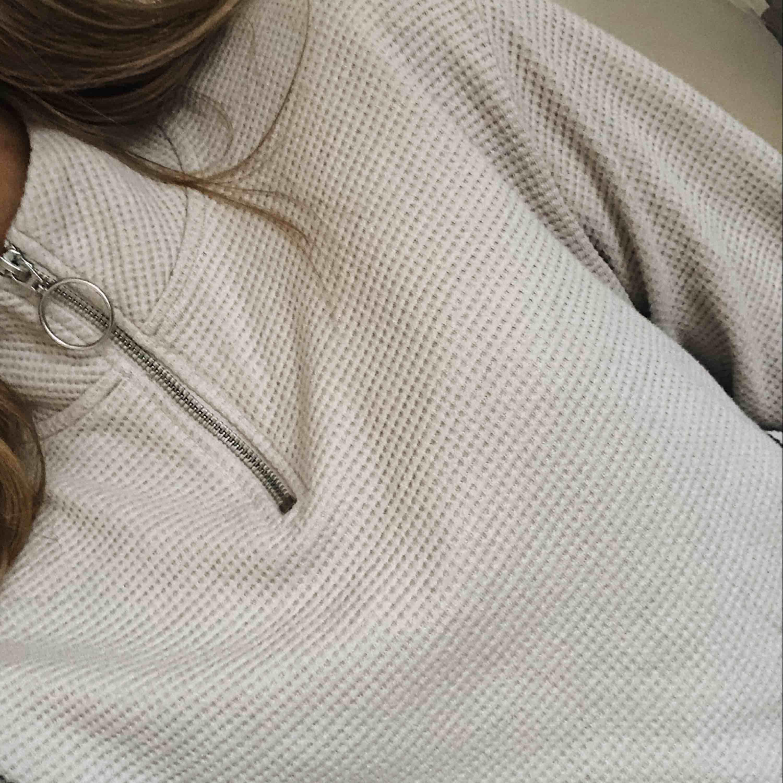 Kort sweatshirt med ståkrage i beige. Riktigt skönt material, lite oversized. . Toppar.