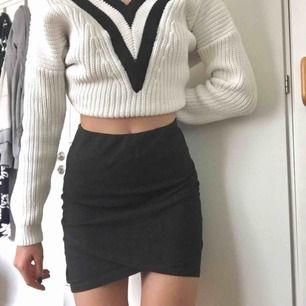 """Mörkgrå kjol med """"wrapped"""" form. Frakt tillkommer🌟 möts upp i sthlm. säljer även tröjan i en annan ad!!"""