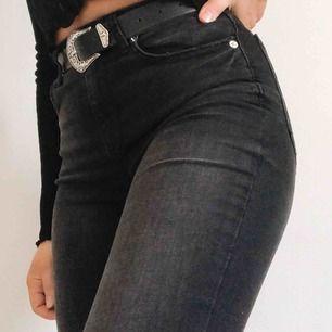 Riktigt snygga washed out svarta jeans i skinny mom modell. Sjukt sköna då de är stretchiga.  (De är inte så ljusa på den sista bilden)