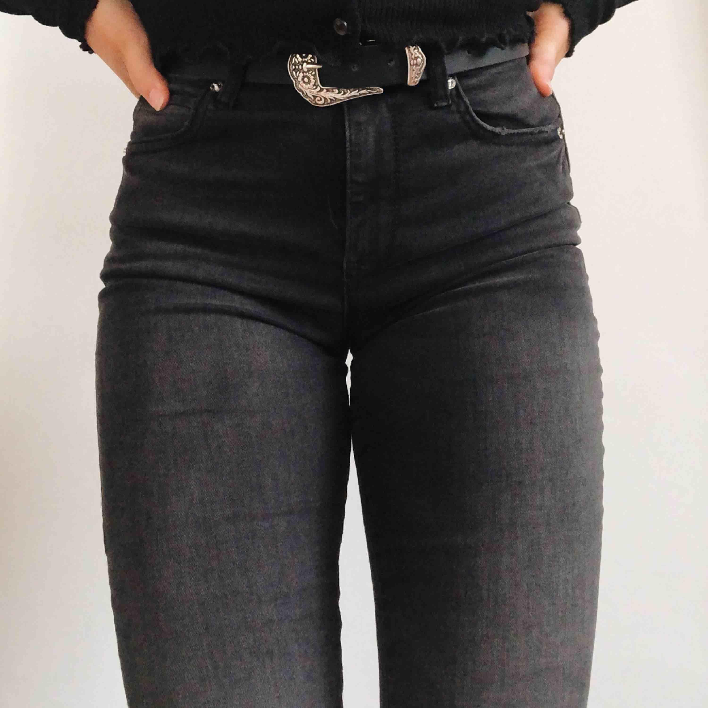 Riktigt snygga washed out svarta jeans i skinny mom modell. Sjukt sköna då de är stretchiga.  (De är inte så ljusa på den sista bilden). Jeans & Byxor.
