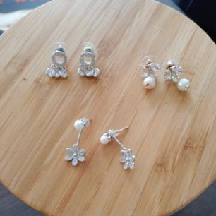 3 stycken örhängen. 40kr per örhänge. Paketpris 140kr.