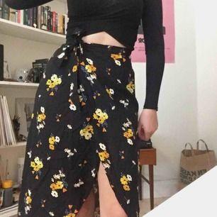 Helt ny kjol från hm, aldrig använd. Kan mötas upp i Stockholm eller skicka då köparen betalar för frakt.