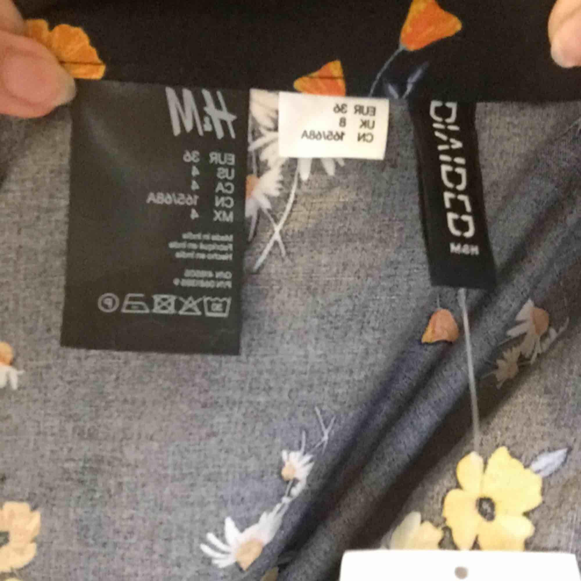Helt ny kjol från hm, aldrig använd. Kan mötas upp i Stockholm eller skicka då köparen betalar för frakt.. Kjolar.