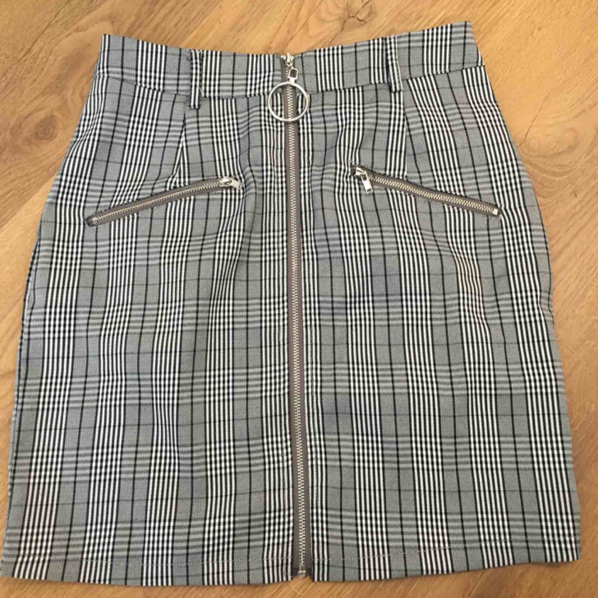 Rutig kjol från prettylittlethings!! Köparen står för frakt!🌸. Kjolar.