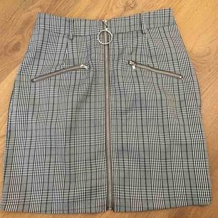 Rutig kjol från prettylittlethings!! Köparen står för frakt!🌸
