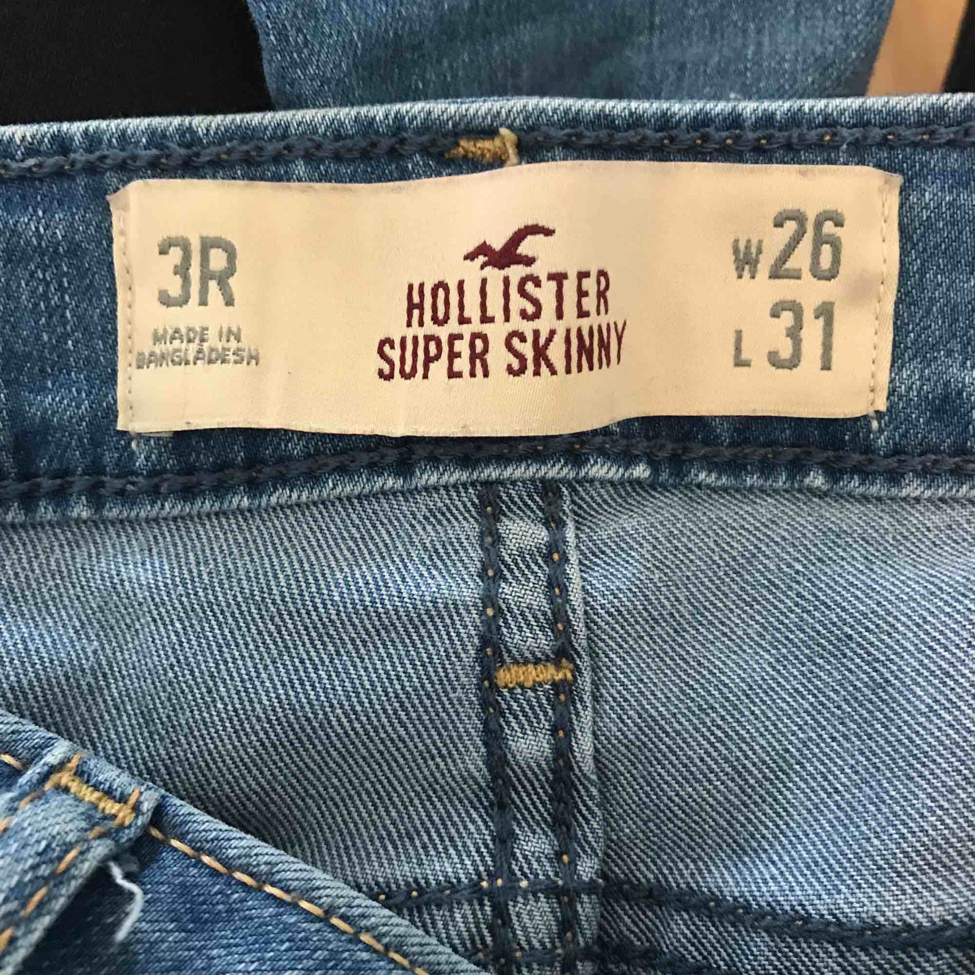Slitna ljusa jeans från hollister. de har storleken W26 L31, de är i bra skick, endast använd fåtal gånger. köparen står även för frakten. fler bilder kan fixas om det önskas. Jeans & Byxor.