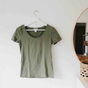 T-shirt från H&M. Nästan oanvänd! Kan just nu mötas i Kalmar eller skicka mot fraktkostnad. Fr o m 2 augusti kan jag mötas i Göteborg🌻