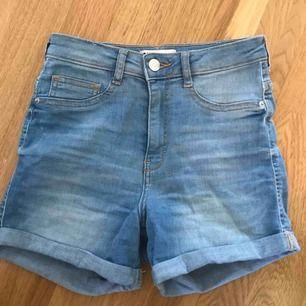 snygga högmidjade jeansshorts från gina tricot. har endast använt de ett fåtal gånger och de är iprincip i nyskick. köparen står för frakt, fler bilder kan fixas om det önskas