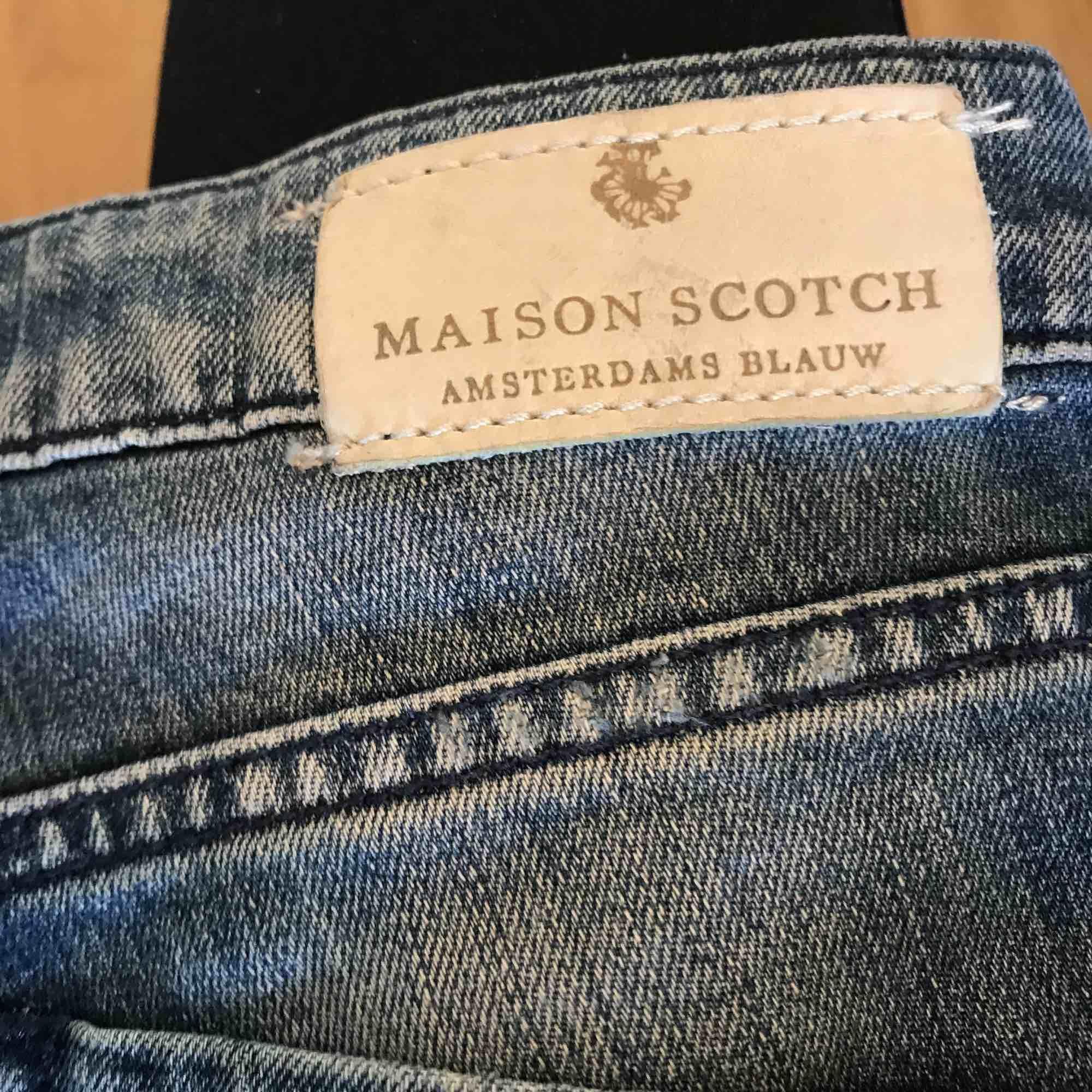 snygga, tighta jeans från Maison Scotch som sitter jättefint, nypris på de jeans ligger runt 1000kr. de är iprincip aldrig använda, alltså i nyskick. köparen står för frakt, fler bilder kan fixas om det önskas. Jeans & Byxor.