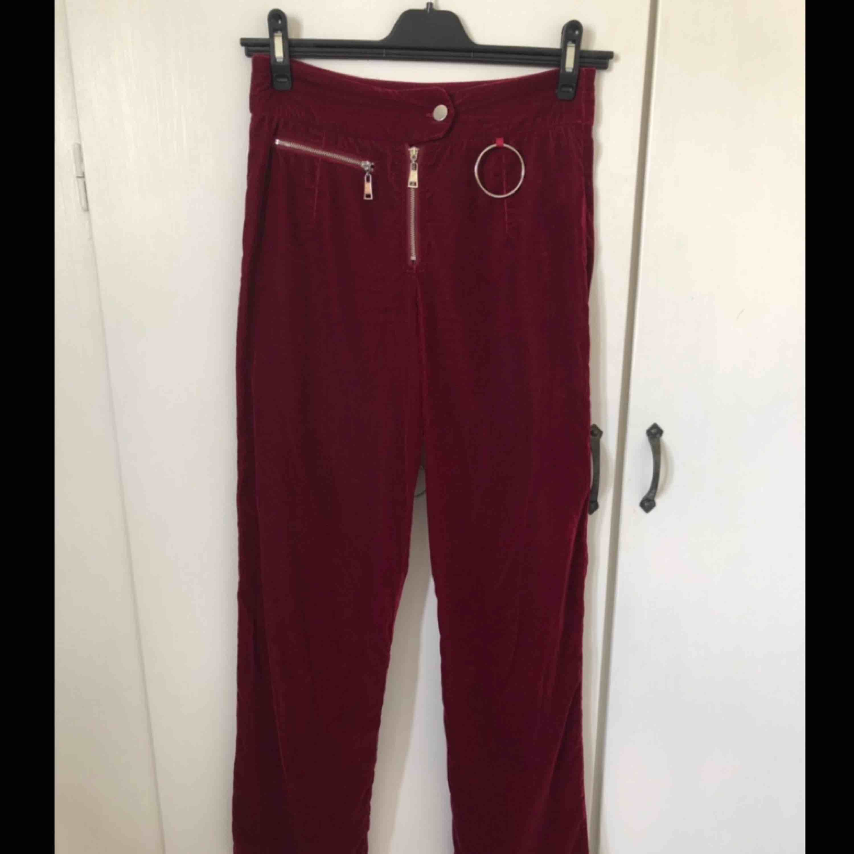 Skitsnygga röda sammetsbyxor från Bikbok med coola silvriga detaljer. Köparen står för frakten.. Jeans & Byxor.