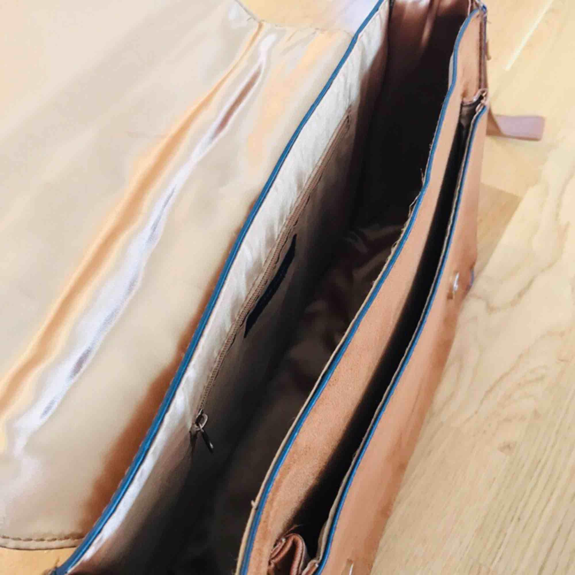 River Island axelremsväska i mocka och läderimitation. Väl använd, bra skick!  Mått: 33*25*10. Väskor.