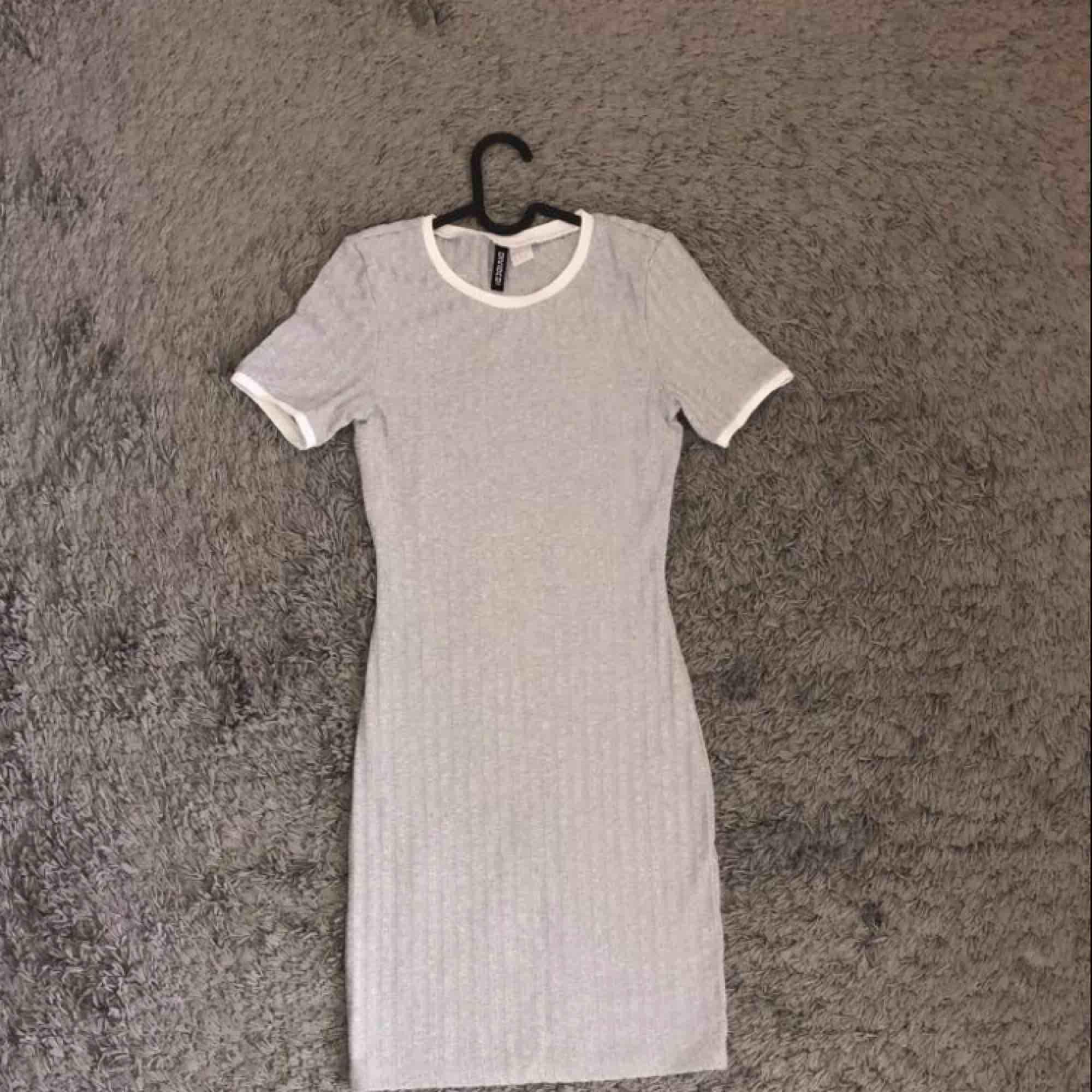 Grå ribbat klänning med vita detaljer för 190 kr ink frakt. . Klänningar.