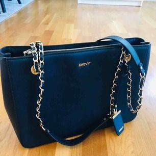 Äkta DKNY väska i mörkblått. Bra skick! Mått: 35*25*12