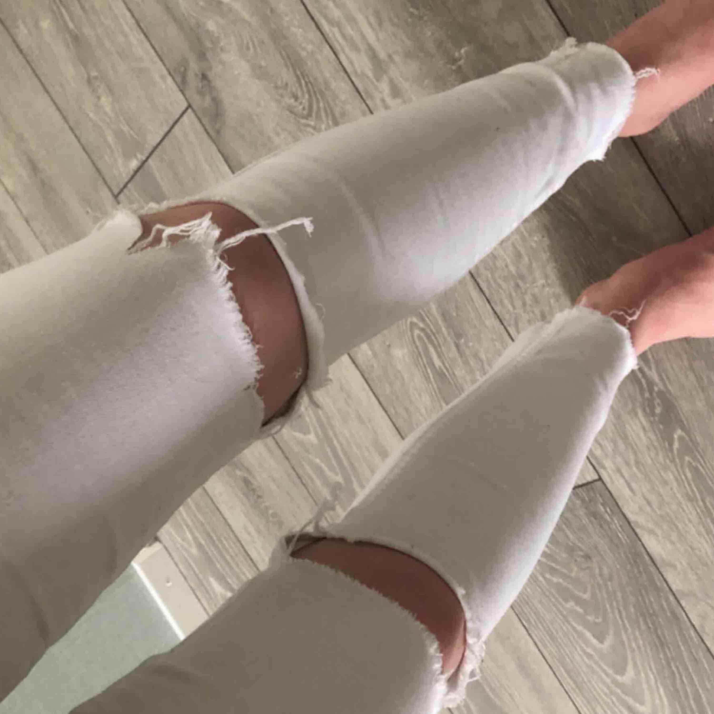 Ett par Gina jeans som är klippan på knäna har andvänt dom 2-3 gånger jätte fint skick . Jeans & Byxor.