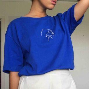 blå t-shirt med broderi på. använd endast en gång så i superskick! säljer för att den tyvärr inte kommer till användning längre. frakt 40 kr🌸 OBS unisex-strl