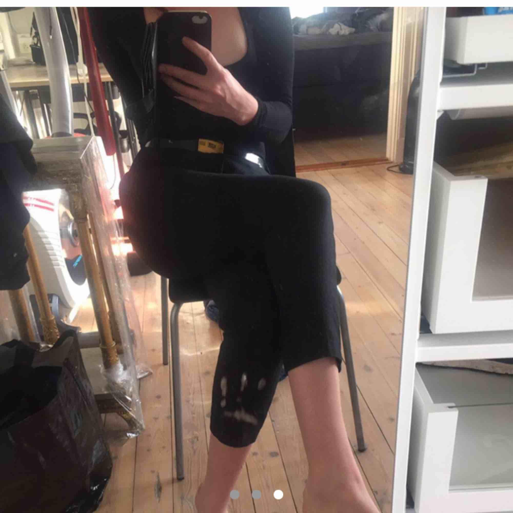 Svarta Capri byxor från Zara, aldrig använda i fint skick.. Jeans & Byxor.