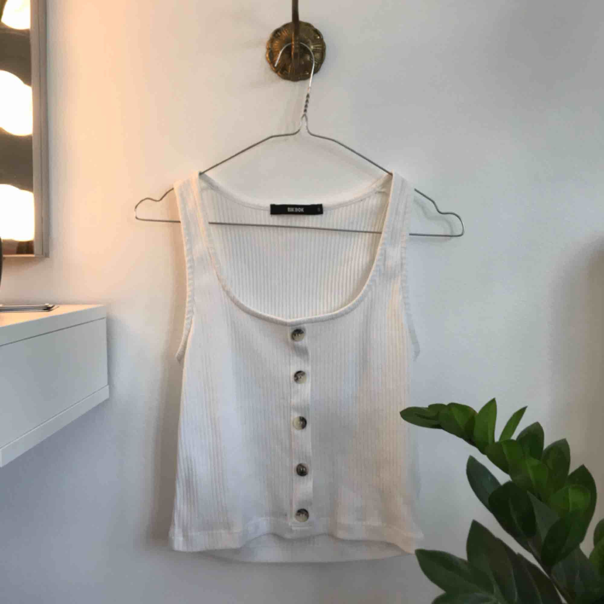 Jättefint linne från Bikbok i storlek S. Säljs då den mest ligger i garderoben💛. Toppar.