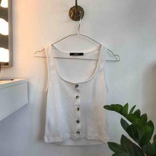 Jättefint linne från Bikbok i storlek S. Säljs då den mest ligger i garderoben💛