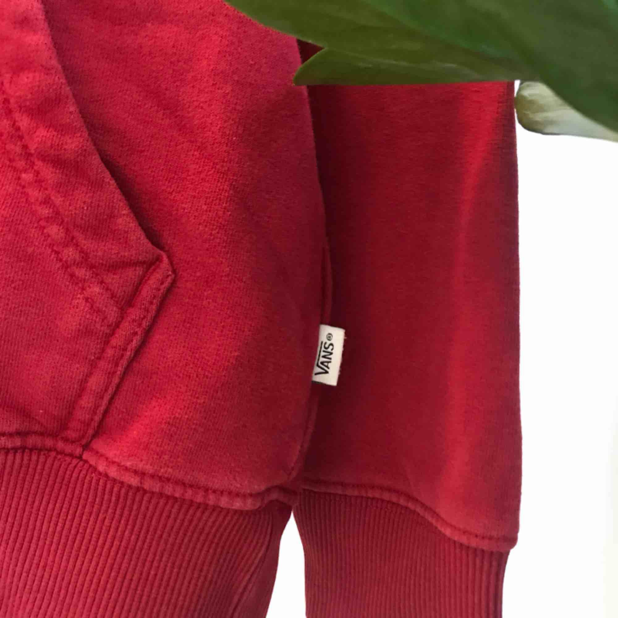 En snygg hoodie från Vans i storlek XS säljs då den blivit för liten❤️❤️. Huvtröjor & Träningströjor.