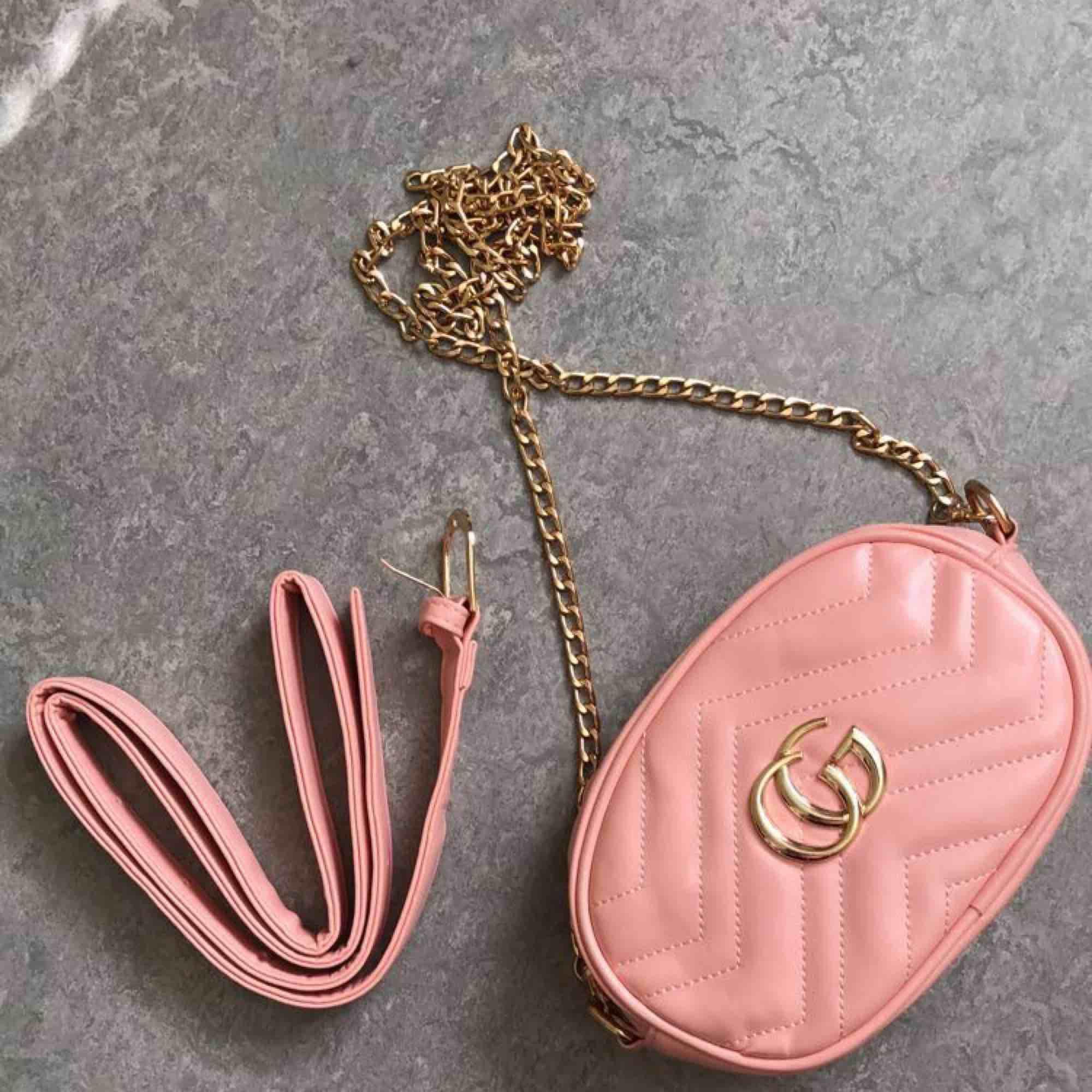Fake Gucci väska/midjeväska för 200kr. Frank ingår i priset . Väskor.