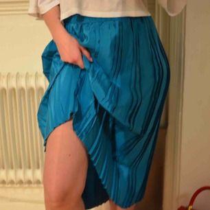 Vintage kjol, köpt från hellovintage på ett av deras kg-sale event. Kom på att jag hade för många kjolar redan, oops! Fint skick, läcker färg! Frakt 45 kr eller möts upp i Göteborg.