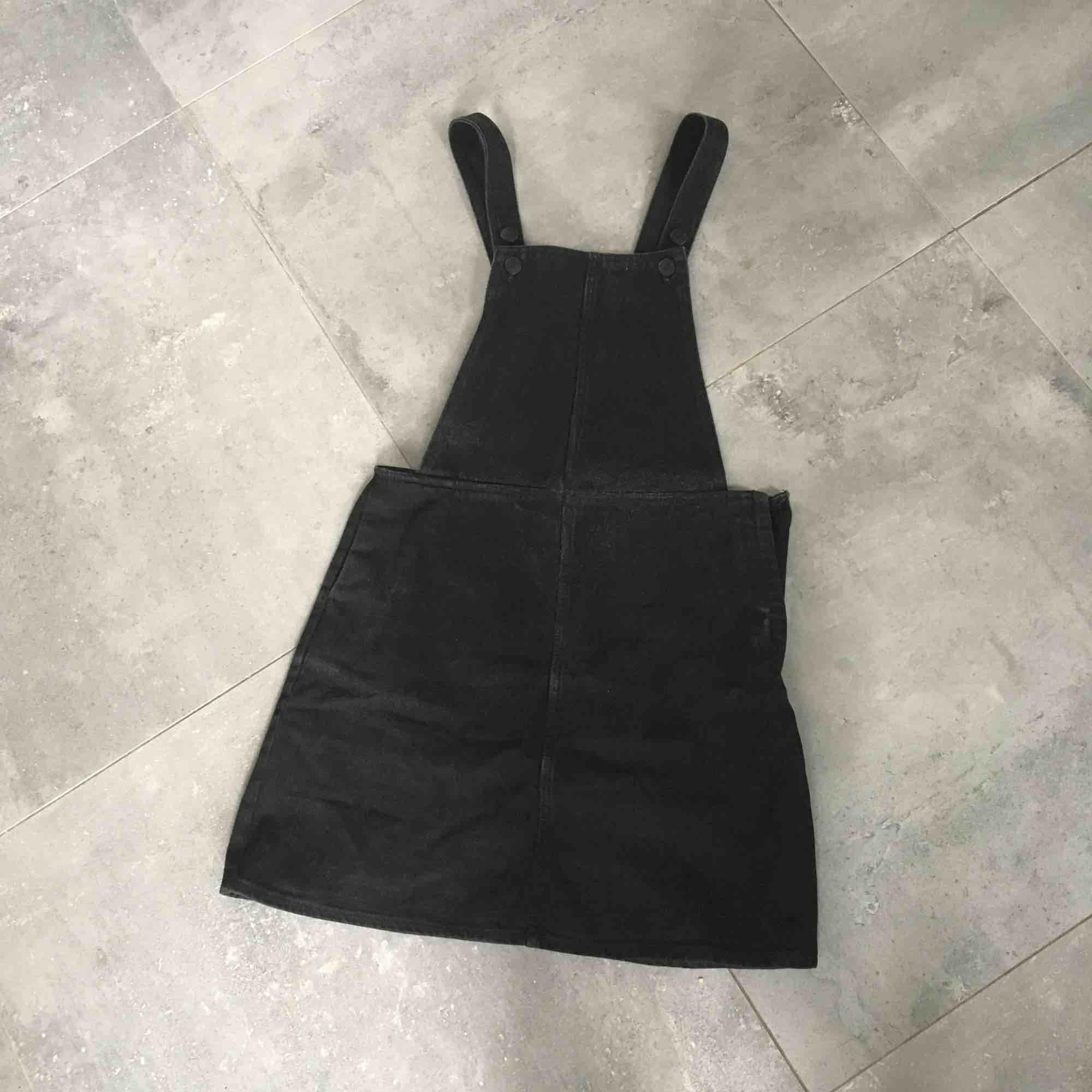 Monki svart denim klänning / dungaree dress. Klänningar.