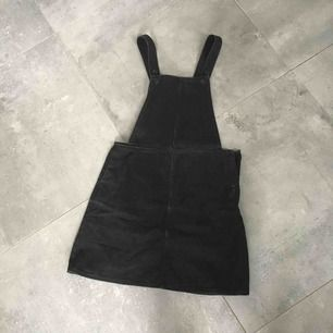 Monki svart denim klänning / dungaree dress