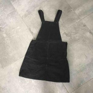 Monki svart denim klänning / dungaree dress