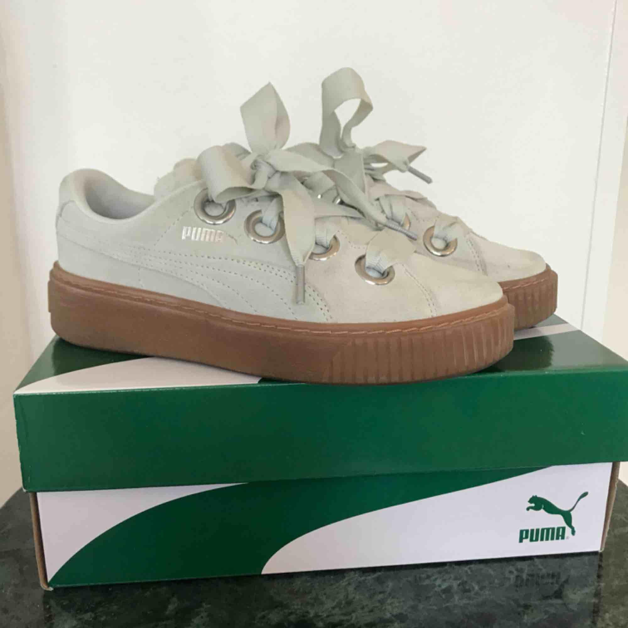Ett par nya Puma Platform Kiss Suede i färgen Blue flower- Puma silver. Dessa skor är endast använda 2 gånger eftersom dom tyvärr är försmå för mig. Storleken är 37💛 Ny pris 1200kr Mitt pris 300kr. Skor.