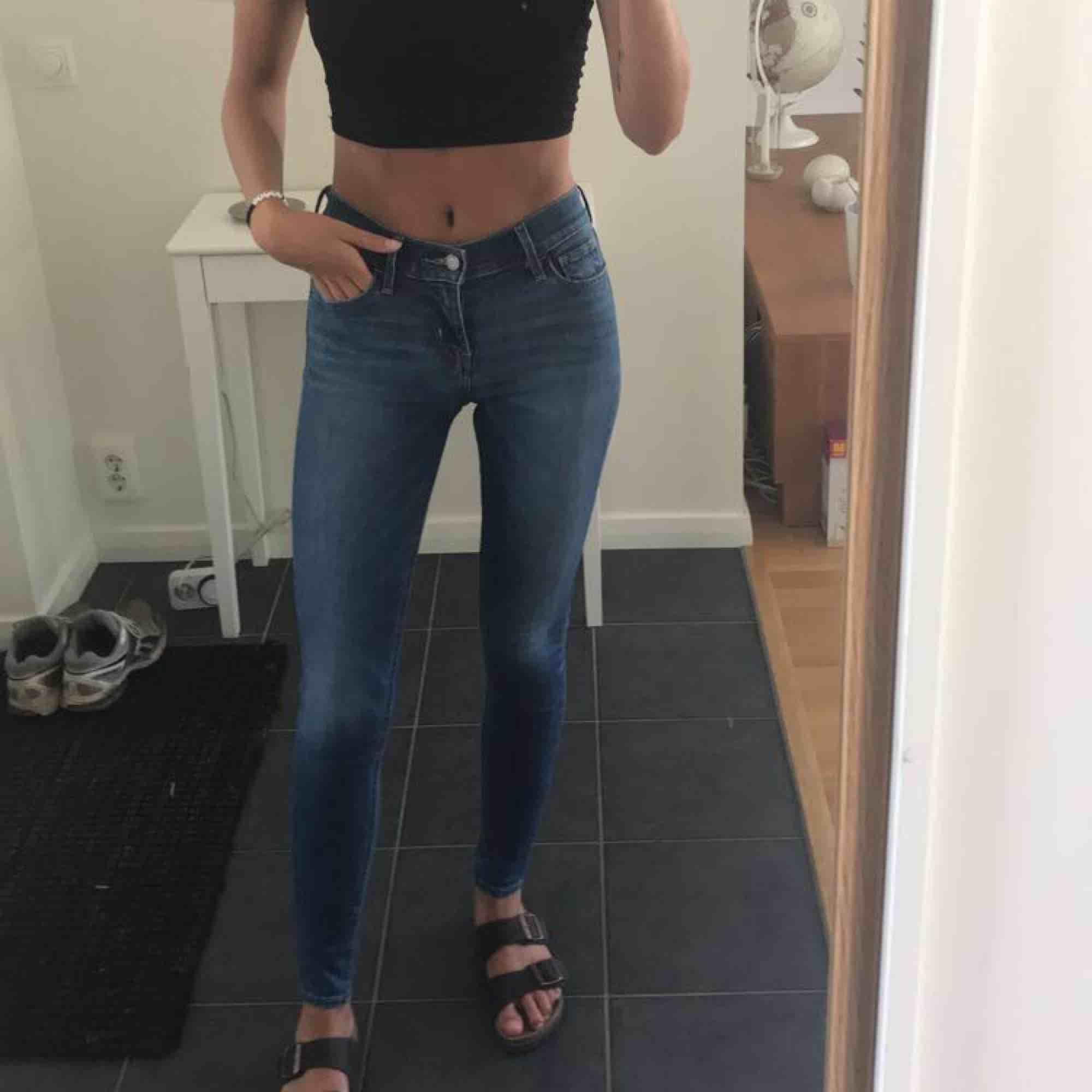 Jättefina Levis jeans! 710 super skinny i storlek 25, passar mig som är xs/s jättebra! Säljes pga ej används . Jeans & Byxor.