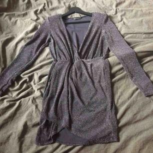 Glittrig klänning som tyvärr aldrig kommit till användning, har endast testat den. Den har puffar i axlarna. Fraktkostnad tillkommer på 30kr.