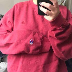 En asskön oversize tröja från Champion inköp på second hand, använd men ändå fint skick. Jag som är s-m är en mkt oversize men ändå på ett snyggt sätt❣️ är en superliten färgklick i vit på den, men syns knappt.