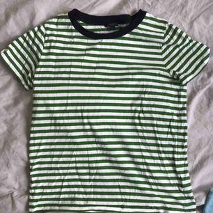 Jättefin grön/vit-randig t-shirt från Cos i storlek M. Använd men i väldigt fint skick✨✨✨✨