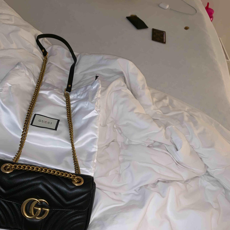 Fejk Gucci väska. Lik orginalet på pricken. Köpt för 3100kr för en vecka sedan i Kina. Äkta skinn, frakt 79kr, kan även mötas upp i Göteborg🥰 Fler bilder kan visas. Väskor.