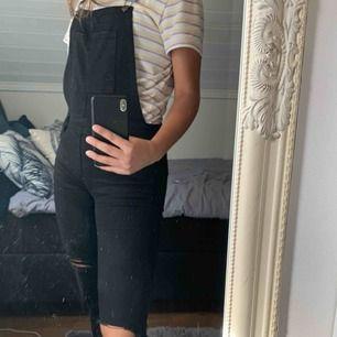 Hängselbyxor från PullandBear, storlek L men passar mig bra som vanligtvis har storlek 36 i byxor, jag är 178cm. Köpta för 700kr