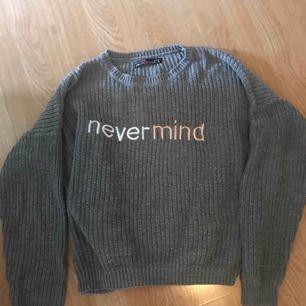 En grå stickad tröja, bra skick, inte använd så jättemke  Köparen står för frakten