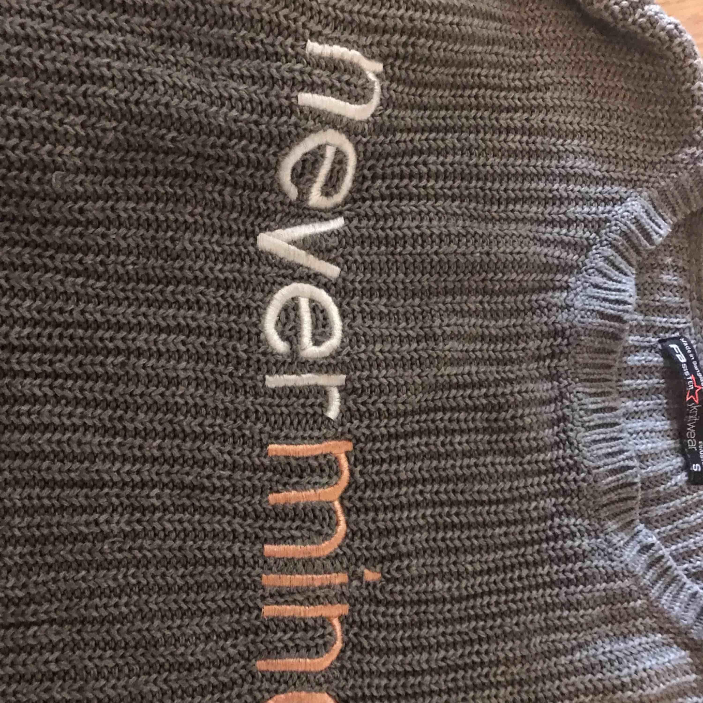 En grå stickad tröja, bra skick, inte använd så jättemke  Köparen står för frakten . Stickat.