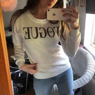 Säljer denna vita Italia Vogue långärmade tröjan med grå text i storlek S, lite tjockare material. Har använts ett par gånger. Har du några frågor ang denna tröjan så är det bara att meddela mig.