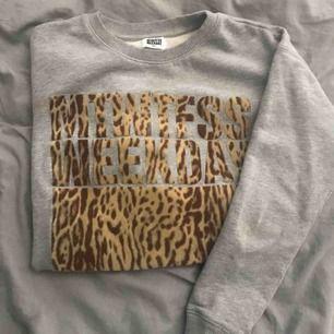 """Sweatshirt från weekday, storlek S. Texten är """"len"""""""