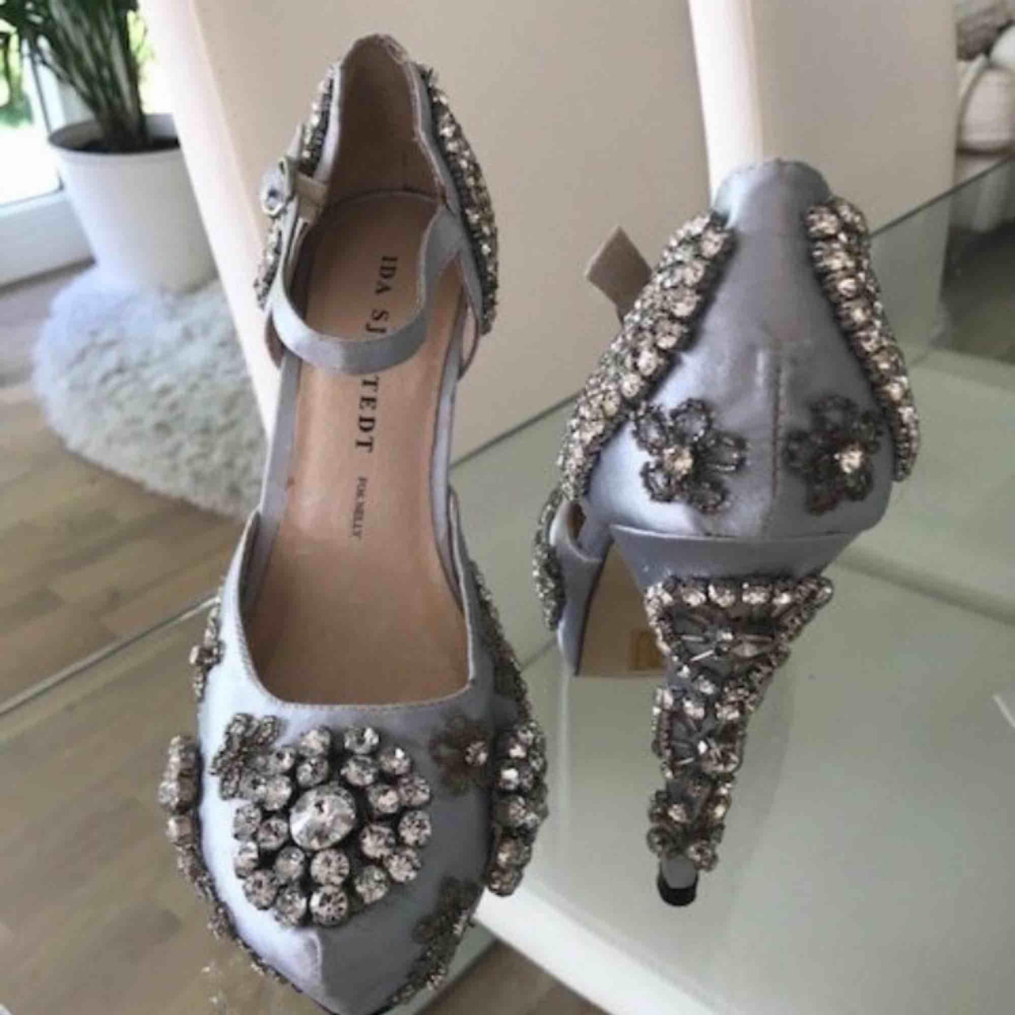 Ida sjöstedt skor slutsålda, endast provade. Dock har ett par stenar ramlat bort under frakt men inget man tänker på.. Skor.